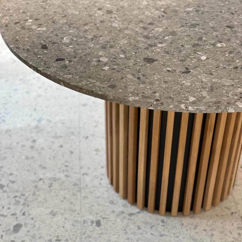 Terrazzo bord i modellen Ash med egetræsstel